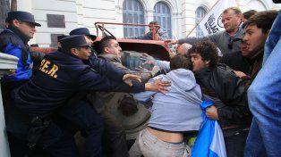 Violencia. Los manifestantes forcejeando con la Policía.