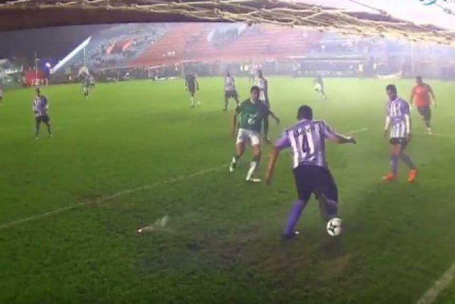 Salvó un gol en la línea y salió jugando a lo Piqué