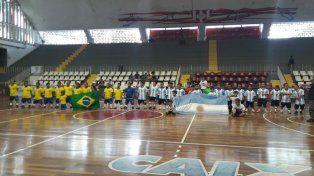 Argentinos y brasileños posaron para una foto histórica. Fue el primer enfrentamiento entre ambos en el fútbol de Talla Baja.