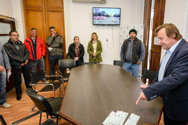 El intendente Sergio Varisco con los integrantes de la cooperativa. Foto prensa municipalidad de Paraná
