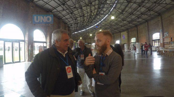 López Segura hablando con el especialista danés Henrik Kike Lundorff.