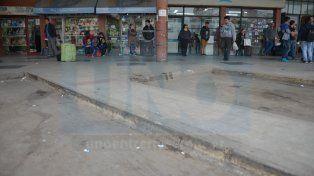 Algunos viajeros esperan que lleguen colectivos que partieron desde otras provincias. Foto UNO Juan Manuel Hernández.