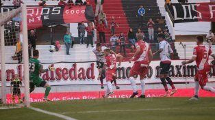 Márquez de cabeza marcó el empate para el Rojinegro. Foto UNO Juan Ignacio Pereira