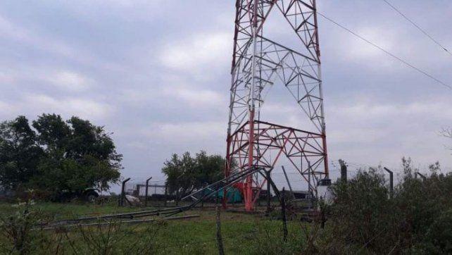 Temporal de viento derribó partes de una enorme antena de telefonía