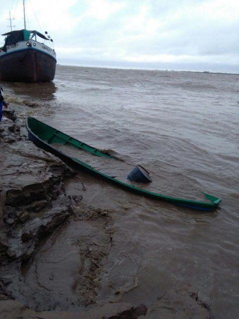 Averiada. La embarcación fue colisionada por el pontón y quedó dañada sobre la costa.