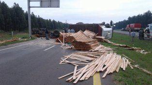Por un toque con un auto volcó un camión cargado con madera