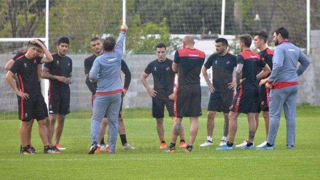 Pumpido charlando con los posibles titulares que enfrentarán el viernes a Tigre. Foto UNO Mateo Oviedo