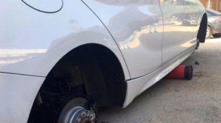 En tres días le robaron las 4 ruedas del auto