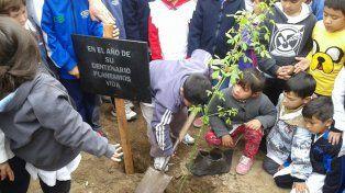 Participación. Los niños plantaron ellos mismos los fresnos.