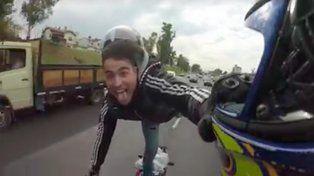 Se filmó haciendo piruetas sobre su moto y recibió una cataratas de insultos