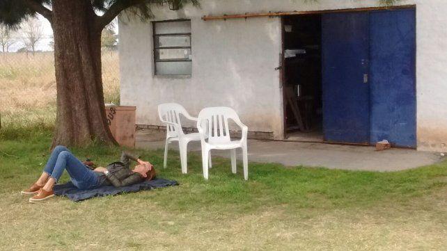 Juliana Awada durmió la siesta bajó un árbol en un aeropuerto de Santa Fe