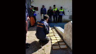 Allanaron una casa abandonada y encontraron drogas en Villa Almendral