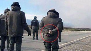 Trascendió una foto que muestra a gendarmes portando piedras