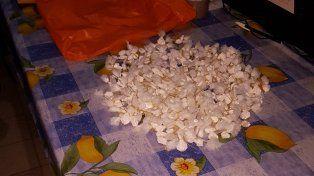 Buscaban armas y encontraron 250 cebollines de cocaína y varios miles de pesos
