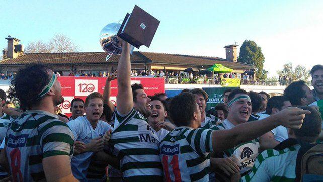 Los jugadores de Jockey Club festejan con todo el título alcanzado tras destronar a Duendes.