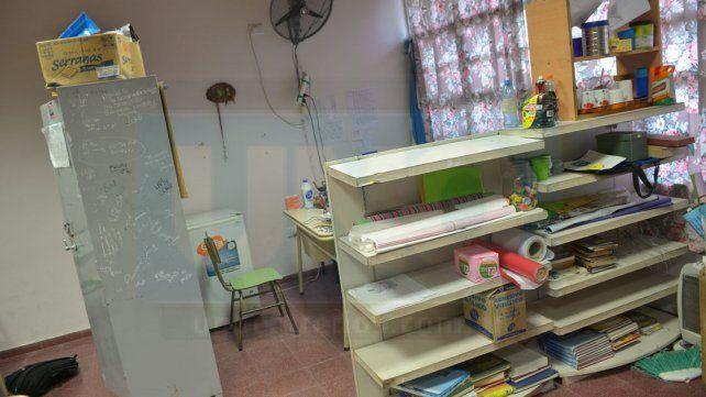 La Dirección. Delimitada por un armario y una estantería.