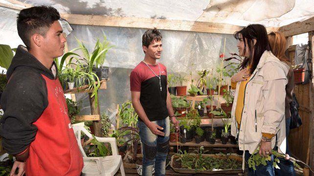 La cosecha. Mariel Ávila dialoga con los jóvenes en la huerta.