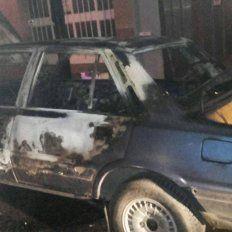 Incendiaron intencionalmente dos autos en Paraná