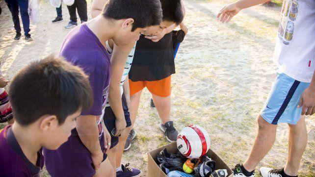 LA SORPRESA. Luego de recibir las camisetas llegaron los botines y las pelotas. Mi primer botín