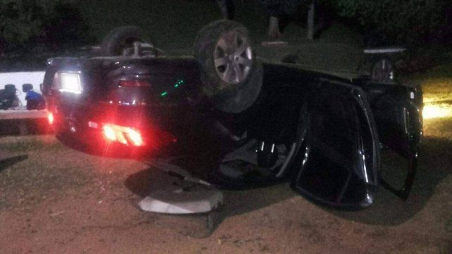 Un joven perdió el control del auto y volcó en la costanera de Paraná