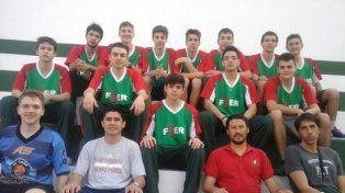 Posan los jugadores de Entre Ríos junto al DT Nicolás Giorello. Jugarán en la cancha de Ciclista.