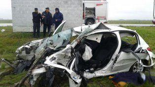 Lluvia. El Peugeot había despistado por el agua acumulada sobre el asfalto y colisionó contra un árbol.