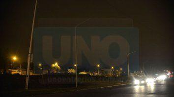 Peligroso. En Blas Parera, hay una iluminación provisoria; solo dan luz a la avenida los faros de los autos.