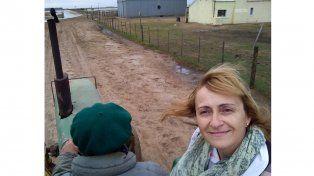 El agua aisló una escuela rural y la maestra va a las casas de sus alumnos para dar clases
