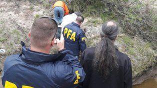 El hallazgo. El caparazón semienterrado fue localizado a la vera de un pequeño arroyito. Foto: Policía Federal.