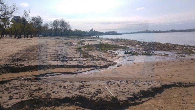 Descenso. La merma afecta a las playas y agrega problemas a la toma de agua para potabilizar.