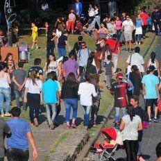 Con sol. Esperan miles de personas en el Parque y la Costanera.