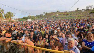 Una multitud. Miles de personas disfrutaron del show desde temprano y frente al río.
