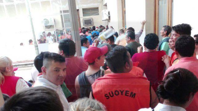 Trabajadores municipales realizaron una ruidosa protesta en el palacio comunal y hubo incidentes