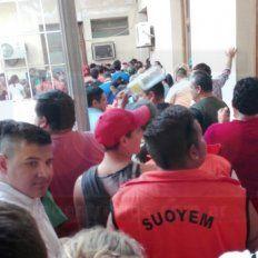 Edificio copado. Al Palacio Municipal llegaron los trabajadores y se dio la apertura al diálogo.