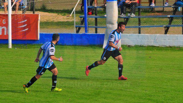 Matías Benítez grita con alma y vida la primera conquista de Belgrano en la victoria ante Arsenal .