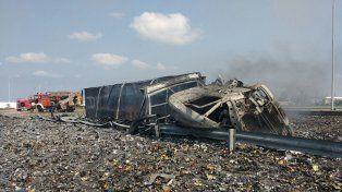 Explosiones. El camión volcó y se incendió y la carga ayudó a amplificar el incidente.