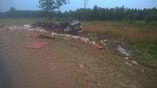 Camionero hospitalizado tras volcar camión cargado con puré de tomates