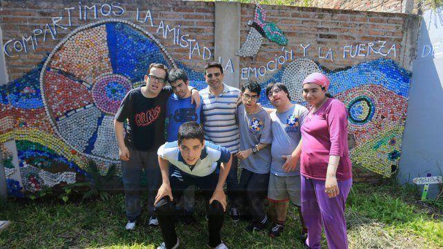 Los alumnos recibieron a Ovación y mostraron uno de los murales que hicieron en el patio de la institución.