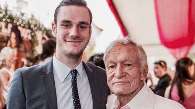 Hugh Hefner y su su hijo Cooper