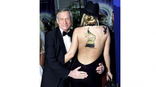 Hugh Hefner con una conejita durante los Grammy de 2002.