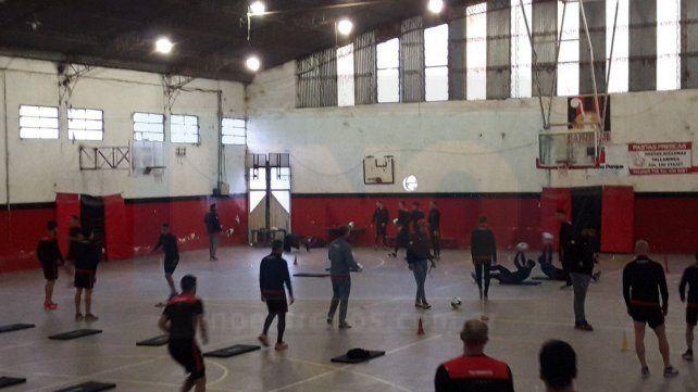 BAJO TECHO. Debido a las inclemencias climáticas adversas el plantel de Patronato trabajó ayer en el polideportivo cerrado.