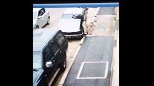 VIDEO: Robaron la batería de un auto y quedaron escrachados en cámara de seguridad