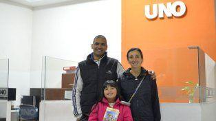Enrique, Karina y Unti invitaron a la charla que se realizará el sábado a las 19 en la Alianza Francesa de Paraná. Foto UNO Mateo Oviedo.