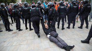 Referéndum en Cataluña: la policía se enfrenta a los votantes y hay al menos 38 heridos