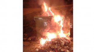 Incendiaron un contenedor de basura en Paraná