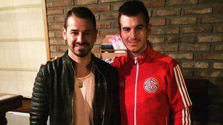 Rodrigo Mora visitó Crespo y se fotografió con unos fanáticos de River