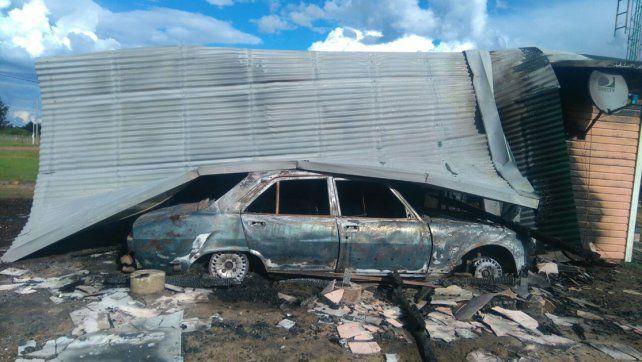 Todo destruido. Las llamas consumieron gran parte de la casa y del auto.