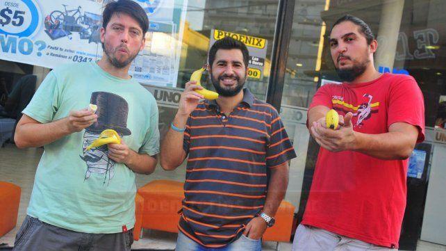 Chistosos. Koornstra, Izza y Ruiz, tres de los integrantes de Litoral Stand Up Comedy.
