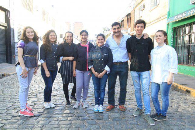 Estudiantes de la escuela Carbó junto al profesor Pablo Mariño. Foto UNO Juan Ignacio Pereira.