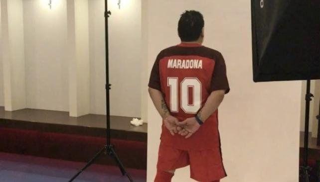 Maradona se puso la 10 en la presentación de la camiseta del Al-Fujairah